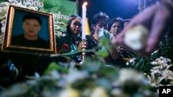 Người biểu tình chống chính phủ tưởng niệm ông Yuthana Ong-art, người bị thiệt mạng trong vụ súng trong một buổi lễ ở Bangkok, Thái Lan, 28/12/13