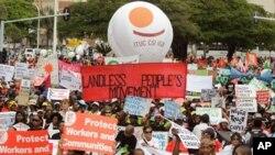 남아프리카공화국 더반에서 환경운동가와 남아공 주민들이 피켓을 들고 거리행진을 하고있다.