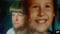 Maureen Kanka dalam bayangan foto anak perempuannya, Megan yang diambil September 1993, 22 Juli 2004. (Foto:Dok)