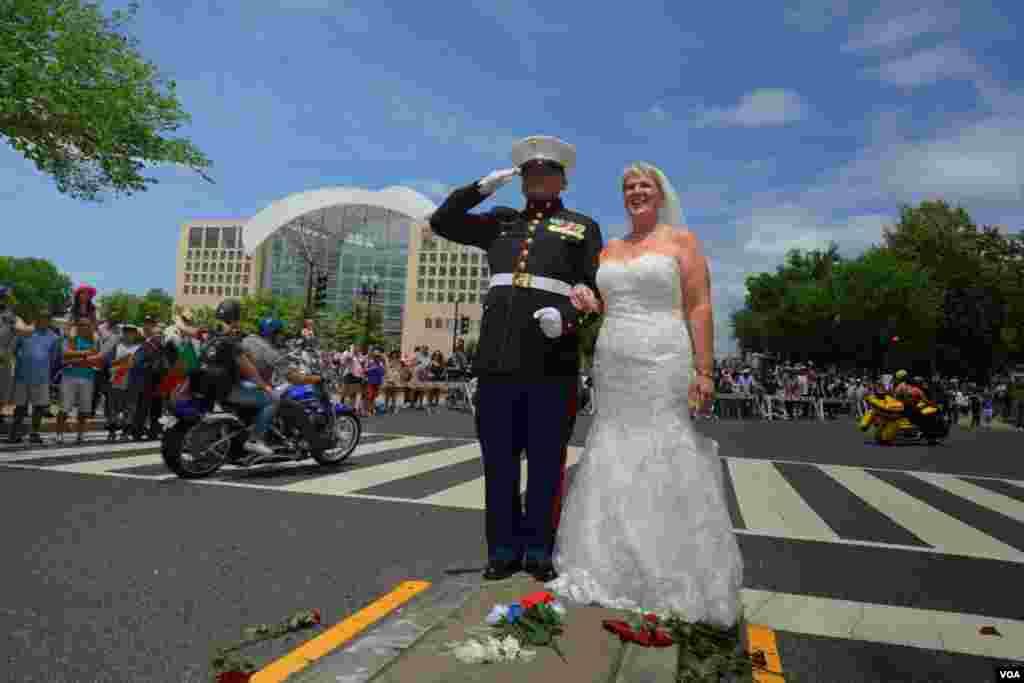 Сержант Тим Чамберс и его жена Лорен Хейтс в почетном карауле