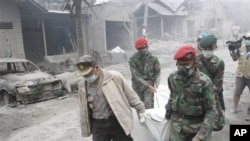 Rescuers carry the body of a victim of Mount Merapi eruption in Argomulyo, Yogyakarta, Indonesia, 05 Nov. 2010.