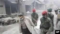 Rescuers carry the body of a victim of Mount Merapi eruption in Argomulyo, Yogyakarta, Indonesia, 05 Nov. 2010.
