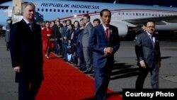 Presiden Joko Widodo tiba di bandara internasional Tegel, Berlin disambut oleh Dubes RI untuk Jerman, Fauzi Bowo (kanan) Minggu malam, 17/4 (foto: courtesy Biro Setpres RI).