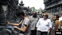 Judith McHale sedang mengamati mahasiswa arkeologi UI yang sedang membersihkan candi Borobudur dari debu vulkanik Merapi.