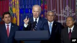 El vicepresidente Joseph Biden habla en la ciudad de Guatemala acompañado por los presidentes de Honduras, Guatemala y El Salvador.