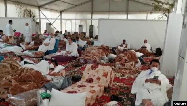 Suasana di dalam tenda jemaah haji di Arafah (foto: courtesy).
