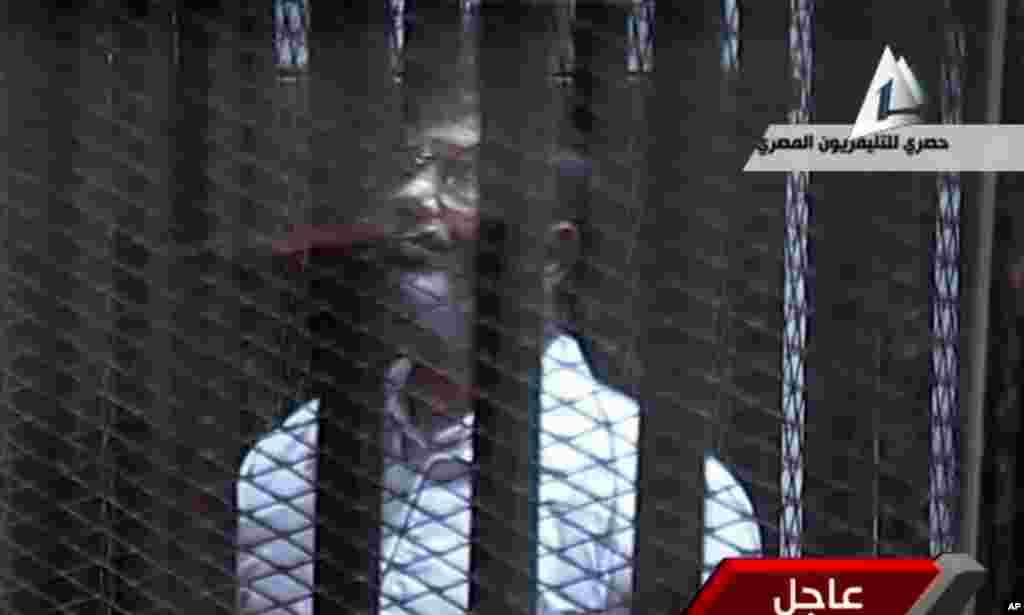 محمد مرسی روز سه شنبه به اتهام فرار از زندان در سال ۲۰۱۱ محاکمه شد. وی روز شنبه در رابطه با اتهام جاسوسی و همکاری با حماس بار دیگر در دادگاه حاضر خواهد شد - قاهره، ۲۸ ژانویه ۲۰۱۴