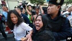 Tentara Thailand menahan beberapa demonstran anti kudeta militer di Bangkok (foto: dok). Kelompok HAM menuduh pemerintahan militer menyiksa beberapa demonstran yang ditahan.