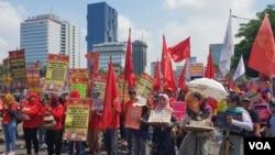 Berbagai Elemen Perempuan, berorasi dan melakukan aksi long march , untuk rayakan International Women's Day (IWD) 2019, di Jakarta, Jumat, 8 Maret 2019. (Foto: VOA/Ghita)