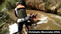 Les opérations de repêchage des corps dans une rivière au Burundi, 11 août 2016 (Christophe Nkurunziza/VOA)
