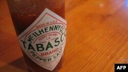 Mỗi ngày công nhân của công ty McIlhenny đóng nửa triệu chai nhỏ xíu tương ớt Tabasco màu đỏ thắm
