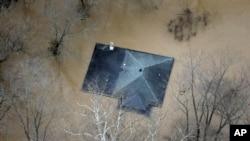 2015年12月31日密苏里州圣路易斯附近洪水接近房子的顶部。