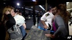 """Entre lágrimas familiares reciben a un miembro de la tripulación de la fragata """"Libertad"""" a su llegada al aeropuerto de Buenos Aires, Argentina."""
