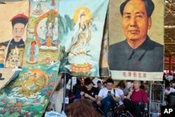 在北京的旧货市场上,毛泽东像和皇帝像、佛教神像被放到一起(2016年5月16日)而皇帝像、佛教神像是文革初期大力破除的所谓四旧。