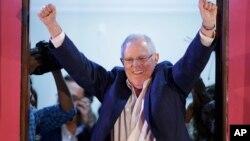 El candidato presidencial Pedro Pablo Kuczynski marcha adelante en el conteo de actas de las elecciones de este domingo en Perú.