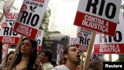 Warga Brazil di Rio de Janeiro berdemonstrasi menolak RUU pendapatan minyak. (Reuters/Pilar Olivares)