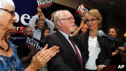 Ron Barber (kiri) berhasil memenagkan kursi parlemen AS, menggantikan posisi Gabrielle Giffords, anggota Kongres wanita yang tertembak setahun yang lalu (12/6).