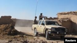 20일 아프가니스탄 헬만드 주 전초기지에서 정부군 병사들이 군용트럭에 타고 있다.