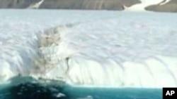 巨大的冰岛脱离格陵兰沿岸的冰川
