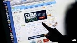 一名顾客周一在加州家中的电脑上看购物网