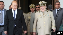 Le ministre français de la Défense, Jean-Yves Le Drian (à gauche), s'est entretenu avec le chef d'état-major algérien Ahmed Gaid Salah à son arrivée à l'aéroport international Houari-Boumediene d'Alger, le 20 mai 2014.
