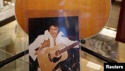 Instrumento usado por Presley que permanece en el museo reabierto para el homenaje.
