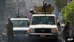 Binh sĩ Yemen bắn chỉ thiên để giải tán người biểu tình chống chính phủ ở thành phố Taiz, ngày 12/5/2011