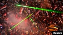 Tahrir Meydanı'nda Mısır ordusunun açıklamasını sevinçle karşılayan göstericiler