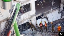Binh sĩ Israel kiểm tra hiện trường vụ sập khu đỗ xe ở Tel Aviv, ngày 5/9/2016