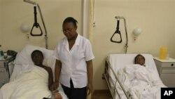 Dua orang pasien menunggu darahnya dites di kota Elandsdoorn, Afrika Selatan (foto: dok). Kematian akibat AIDS menurun di Afrika.