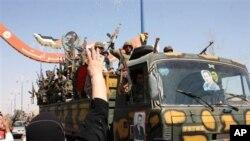 這幅由敘利亞官方拍攝公佈的照片中﹐星期二一名敘利亞婦女向撤離東部城市代爾祖爾的士兵撒米慶祝。