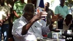 Le chef de la Renamo, Afonso Dhlakama, donnant une conférence de presse, le 10 avril 2013, dans les monts Gorongosa, Mozambique.