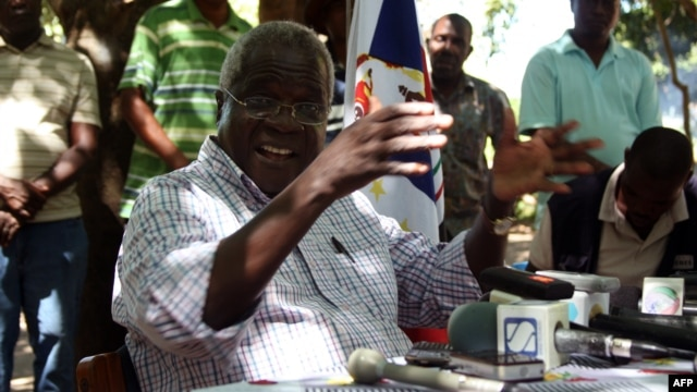 FILE - Afonso Dhlakama gives a press conference, Gorongosa mountains, Mozambique, April 10, 2013.
