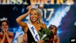 Hoa hậu bang Arkansas Savvy Shields vượt lên trên 52 thí sinh để giành vương miện và danh hiệu Hoa hậu Mỹ 2017, Atlantic City, 11/9/2016.