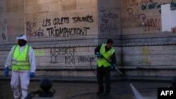 معترضان بر روی دیوار شعار «جلیقه زردها پیروز خواهند شد» نوشتند.