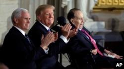 川普總統,彭斯副總統為獲得國會金質獎章的前參議員鮑勃·多爾鼓掌。(2018年1月17日)
