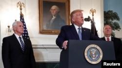 Predsjednik Donald Trump govori o Siriji u Bijeloj kući, u prisustvu potpredsednika SAD Mikea Pencea (lijevo) i državnog sekretara Mikea Pompea (Foto: Reuters/Tom Brenner)