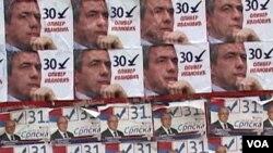Plakati sa likom Olivera Ivanovića i Gorana Rakića, dvojice od ukupno četvorice kandidata za gradonačelnika severne Kosovske Mitrovice