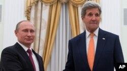 ABD Dışişleri Bakanı John Kerry'yi Kremlin'de ağırlayan Rusya Devlet Başkanı Vladimir Putin