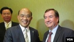 美国会议员罗伊斯(右)与苏贞昌(美国之音容易拍摄)