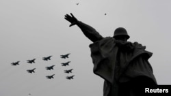 យន្ដហោះចម្បាំងប្រភេទ Su-30SM ប្រភេទ Su-34 និងប្រភេទ Su-35S ហោះហើរលើរូបសំណាកមួយ ក្នុងអំឡុងពេលនៃការប្រារព្ធទិវាជ័យជម្នះរបស់រុស្ស៊ី លើពួកណាហ្ស៊ី អាល្លឺម៉ង់ ក្នុងសម័យសង្គ្រាមលោកលើកទីពីរ មូស្គូ រុស្ស៊ី ថ្ងៃទី៩ ខែឧសភា ឆ្នាំ២០២០។