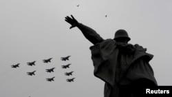 在新形冠狀病毒疫情蔓延之際,蘇-30,蘇-34和35戰機在紀念對納粹德國勝利紀念日從莫斯科市中心上空列隊飛過。