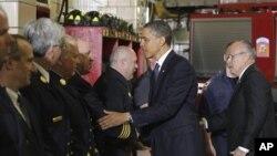 Shugaba Barack Obama da tsohon magajin garin New York,Rudolph Juliani a awata tashar 'yan kwana-kwana a New York.