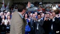 Srpski premijer Aleksandar Vučić maše pristalicama tokom predizbornog skupa u Požarevcu