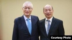 國民黨主席吳敦義(左)和高雄市長韓國瑜2019年4月30日會談前合影.(照片來源:國民黨網站)