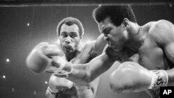 Foto de 1973 del combate entre Ken Norton (de frente) y Mohamed Ali (derecha).
