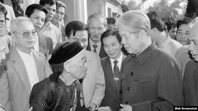Tổng Bí thư Đỗ Mười nói chuyện với người dân xã Lê Lợi, huyện Thường Tín, ngày 1/11/1992. TTXVN