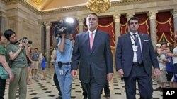 ប្រធានរដ្ឋសភាJohn Boehner ជាមួយសភាតំណាងរាស្រ្តផ្សេងទៀត នៅក្នុងវិមានរដ្ឋសភាក្នុងរដ្ឋធានី វ៉ាស៊ីនតោន ថ្ងៃទី១ ខែសីហា ឆ្នាំ២០១១។
