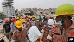 28일 방글라데시 공장 붕괴현장에서 수습한 사체를 운반중인 구조반