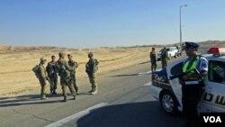 Tentara Israel berkumpul di lokasi penyerangan oleh militan dekat perbatasan Mesir-Israel. Serangan balasan Israel menewaskan 5 pasukan keamanan Mesir (18/8).